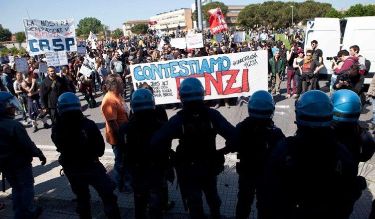 Renzi non si presenta a Pisa; migliaia in corteo resistono alle cariche della polizia
