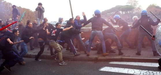 Pisa, 14 novembre. Scontri sul lungarno: oltre la polizia la Ceccardi con qualche decina di giovani padani a seguito
